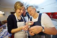 Sissy & Stefanie Sonnleitner Landhaus, Restaurant, Genusswerkstatt. Krendlkurs (Karntnernudel cooking course) with Sissy Sonnleitner (r.)