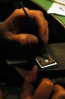 Artigiani a San Lorenzo, quartiere storico di Roma.Giorgio Marano nel suo laboratorio orafo.<br /> Craftsmen in San Lorenzo, historic district of Rome. Giorgio Marano goldsmith in his workshop.