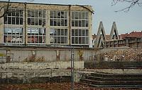 Die Messehallen 1 und 2 der alten Messe Leipzig werden durch schweres Geraet abgerissen. Bis Ende Januar soll das Areal beraeumt sein un an selber Stelle ein Moebelkaufhaus entstehen. Lediglich ein Fassadenstueck der Halle 1 wird in den Neubau integriert werden. Foto: Norman Rembarz