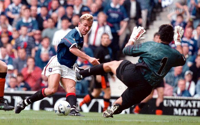 Rangers v Dundee Utd 23.8.97:  Staale Stensaas beats Seib Dykstra
