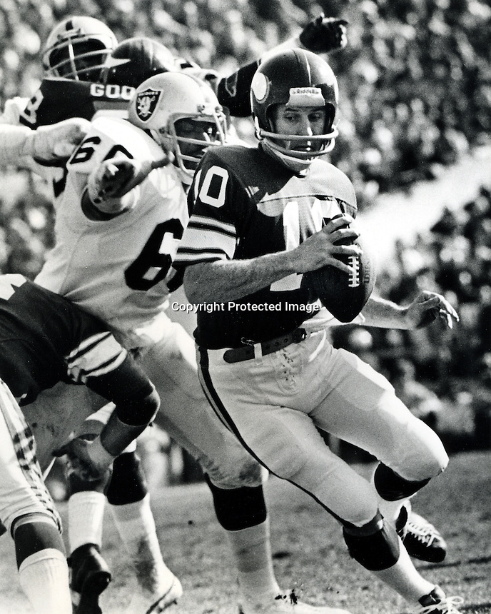Minnesota Vikings quarterback Fran Tarkington scrambles to get away from Oakland Raider lineman Otis Sistrunk during the Super Bowl 1977.<br />