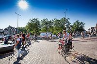 In Utrecht banen fietsers zich een weg bij Ledig Erf. Het kruispunt is te krap voor de fietsstroom.<br /> <br /> In Utrecht cyclists are finding their way at ledig Erf. The intersection is too narrow for all the bicycles.