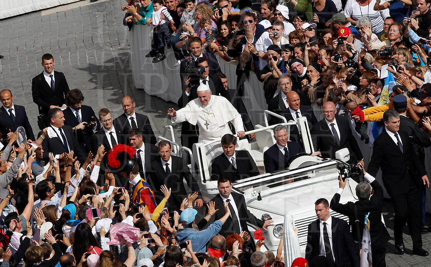 Papa Francesco saluta i fedeli al termine di una messa in occasione della Giornata Mariana in Piazza San Pietro, Citta' del Vaticano, 13 ottobre 2013.<br /> Pope Francis greets faithful after celebrating a mass on occasion of the Marian Day in St. Peter's Square at the Vatican, 13 October 2013.<br /> UPDATE IMAGES PRESS/Isabella Bonotto<br /> <br /> STRICTLY ONLY FOR EDITORIAL USE