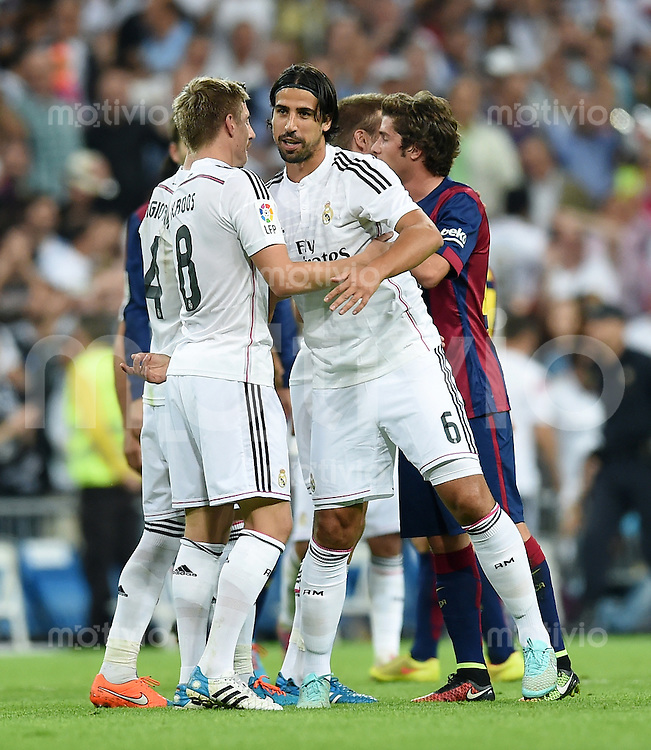 FUSSBALL  INTERNATIONAL  PRIMERA DIVISION  SAISON 2014/2015    9. Spieltag   El Clasico   Real Madrid  - FC Barcelona        25.10.2014 SCHLUSSJUBEL Real; Toni Kroos (li) kaltschen Sami Khedira ab