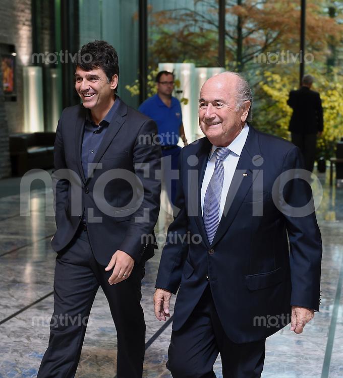 Fussball  International  06.11.2014 FIFA Praesident Joseph S. Blatter (re, Schweiz) und Leiter der der FIFA-Schiedsrichterabteilung Massimo Busacca (Schweiz)