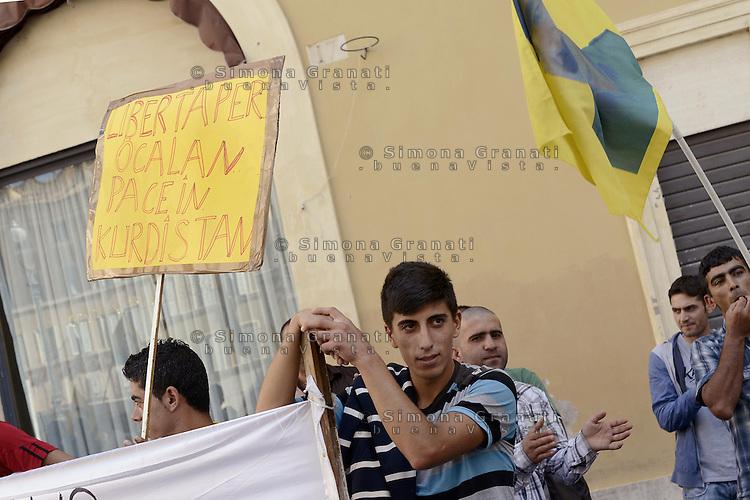 Roma 21 dettembre 2012.Piazza Montecitorio.Manifestazione della comunità curda per la pace in Kurdistan e la liberazione di Abdullah Ocalan. Raccolta firme per la campagna internazionale Free Ocalan