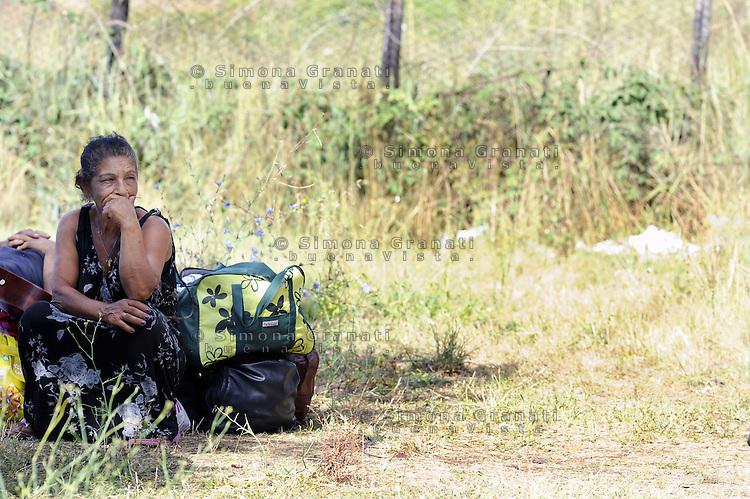 Roma, 28 Luglio 2011.Via Giorgi de Chirico.Sgombero di un insediamento di Rom romeni alla presenza del sindaco Gianni Alemanno..Donna rom