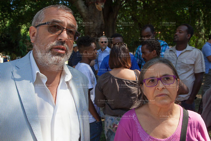 Italy. Lombardy Region. Como. Two Italian politicians are visiting homeless african migrants living in the park below the San Giovanni railway station. Franco Bordo (L) is a member for the SI-SEL political group from Lombardy of the Italian Parliament. Celesta Grossi (R) is elected for the Paco-Sel group at the Como City Council. 11.08.2016 © 2016 Didier Ruef