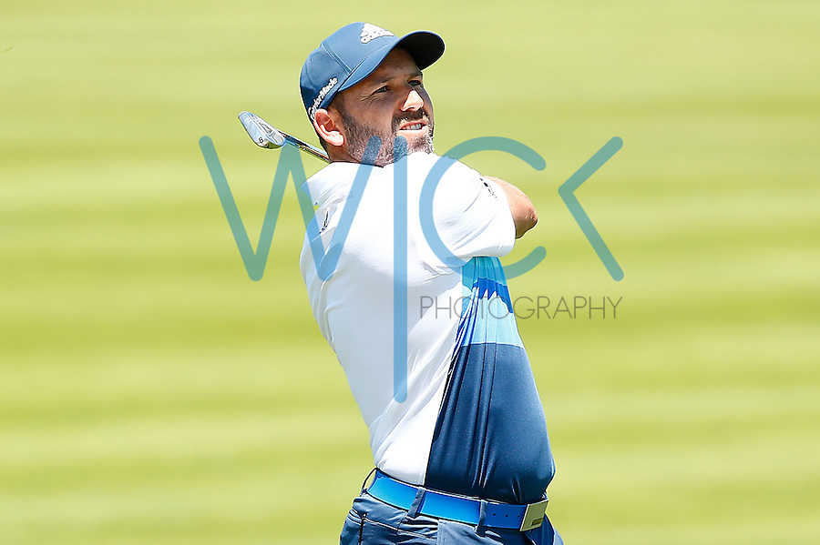 Sergio Garcia hits his second shot from the 18th fairway during the 2016 U.S. Open in Oakmont, Pennsylvania on June 17, 2016. (Photo by Jared Wickerham / DKPS)