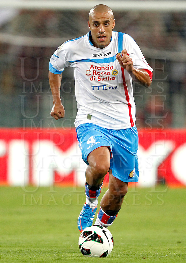 Calcio, Serie A: Roma-Catania. Roma, stadio Olimpico, 26 agosto 2012..Catania midfielder Sergio Almiron, of Argentina, in action during the Italian Serie A football match between AS Roma and Catania, at Rome, Olympic stadium, 26 August 2012. .UPDATE IMAGES PRESS/Isabella Bonotto