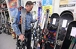 Foto: VidiPhoto<br /> <br /> DUIVEN - Topdrukte bij Buitensport Four Seasons in Duiven dinsdag, een van de grootste wintersportwinkels van ons land. Voordat de grote uittocht begint vrijdag en zaterdag, willen veel wintersporters nog even hun ski's of boards gewaxed en/of geslepen hebben. Tegelijkertijd constateert eigenaar John Faber dat vakantiegangers vooral ook eigen spullen aanschaffen, met oog voor kwaliteit. De economische crisis is duidelijk voorbij. Dat is ook te merken aan het aantal wintersporters, dat dit jaar aanmerkelijk hoger ligt dan in 2015. Faber schat dat hij dit seizoen zo'n 20 procent meer klanten heeft dan andere jaren. Daarnaast is er de trend van twee of zelfs drie wintersportvakanties in het seizoen: eenmaal met Kerst of de voorjaarsvakantie met het gezin en in maar nog een keer met vrienden. Wintersportvakanties zijn duidelijk bezig met een inhaalslag. Verder constateert Faber dat vrijwel niemand meer zonder helm skiet.