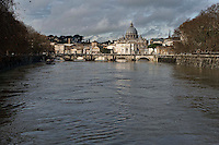&nbsp;Roma 3 Febbraio 2014<br /> Una veduta del fiume Tevere durante la piena, sullo sfondo la Basilica di San Pietro <br /> Roma &egrave; stata una delle citt&agrave; pi&ugrave; colpite da un'ondata di pioggia torrenziale che ha provocato numerosi allagamenti in vari quartieri della citt&agrave;.<br /> Rome, Italy. 3st February 2014<br /> A view of the Tevere River during the flood, the background the Basilica of St. Peter.<br /> Rome has been one of the cities worst hit by a wave of torrential rain, that caused flooding in several different neighborhoods of the city.