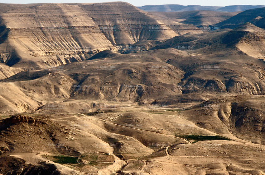 Jordan. Between Karak and Tafila. Old Kings road. Undulating deserted landscape. © 2002 Didier Ruef