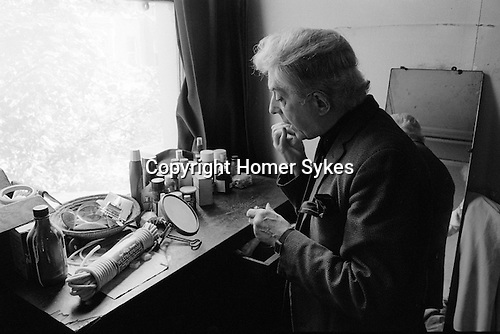 PORTRAIT QUENTIN CRISP IN HIS CHELSEA BEDSIT FLAT ( ACTUALLY  EARLS   COURT ) LONDON  IMMEDIATELY   BEFORE HE LEFT ENGLAND TO LIVE IN   NEW YORK 1981.
