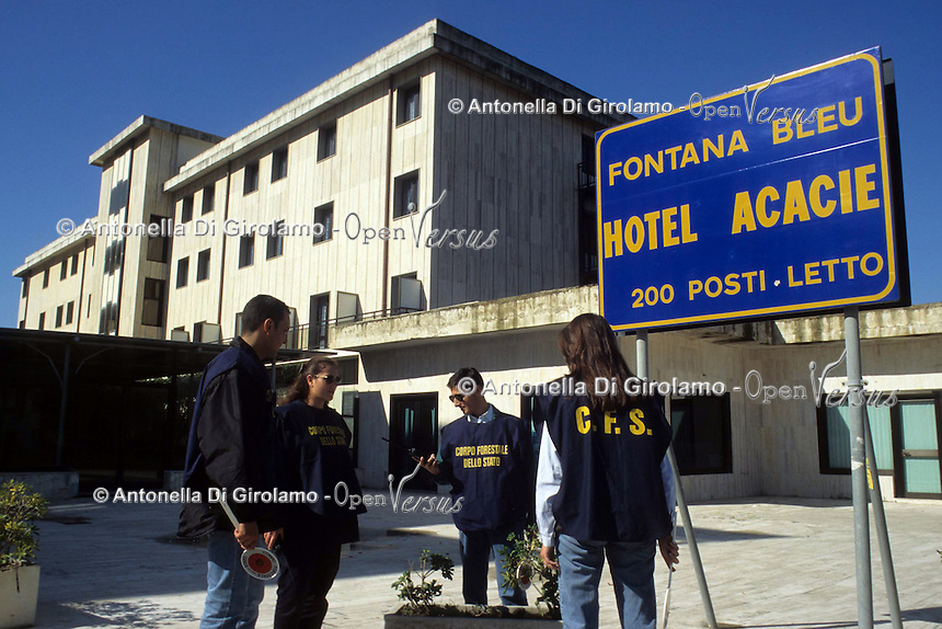 """Il Villaggio Coppola (conosciuto anche come Pinetamare ) è una frazione di Castel Volturno, in provincia di Caserta. Il villaggio, costruito in modo completamente abusivo, è tristemente noto come un simbolo della speculazione edilizia in Italia, tanto che gli è fruttato il nome di """"città abusiva""""..Il villaggio sorse negli anni '60 La lunga storia giudiziaria partì negli anni '70. I processi iniziarono nel 2000 e negli anni seguenti proseguirono ulteriori abbattimenti...."""
