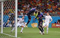 FUSSBALL WM 2014  VORRUNDE    Gruppe B     Spanien - Niederlande                13.06.2014 Stefan de Vrij (li, Niederlande) erzielt das Tor zum 1:3, Torwart Iker Casillas (Mitte, Spanien) ist geschlagen