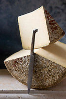 Europe/France/Auvergne/15/Cantal : Cantal AOC - Stylisme : Valérie LHOMME // Europe, France, Auvergne, Cantal:  Cantal cheese
