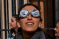 Roma 20 Marzo 2015<br /> Eclissi solare parziale al quartiere San Lorenzo. La gente si riunita questa mattina in Piazza Immacolata, per osservare  l'eclissi solare parziale. Una ragazza  guarda l'eclissi solare parziale,  con gli occhiali autoprodotti.<br /> <br /> Rome March 20, 2015<br /> Partial solar eclipse. People gather this morning in Piazza Immacolata, District San Lorenzo, to get a rare glimpse of the solar eclipse. A woman  watch the partial solar eclipse, through  the self-produced glasses.<br /> .