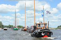 SKUTSJESILEN: GROU: SKS skûtsjesilen, Friese Sporten, 24-07-2010, Fryslân, Traditonele sleep richting het wedstrijdwater, ©foto Martin de Jong