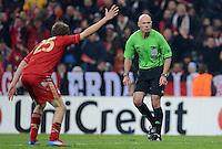 FUSSBALL   CHAMPIONS LEAGUE  HALBFFINAL HINSPIEL   2011/2012      FC Bayern Muenchen - Real Madrid          17.04.2012 Thomas Mueller (li, FC Bayern Muenchen) reklamiert bei Schiedsrichter Howard Webb (re, England)