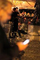Spetakkel utenfor et utested i sentrum. Stig Gaustad og Morten Haukeland fra Sentrum Politistasjons etteretningsavdeling følger med på utelivet i Oslo sentrum. . (Foto:Fredrik Naumann/Felix Features)