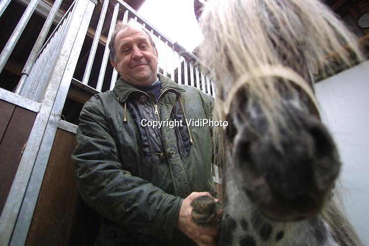 Foto: VidiPhoto..OVERASSELT - Paardenboer Broens uit Overasselt met zijn prijspaard(en).