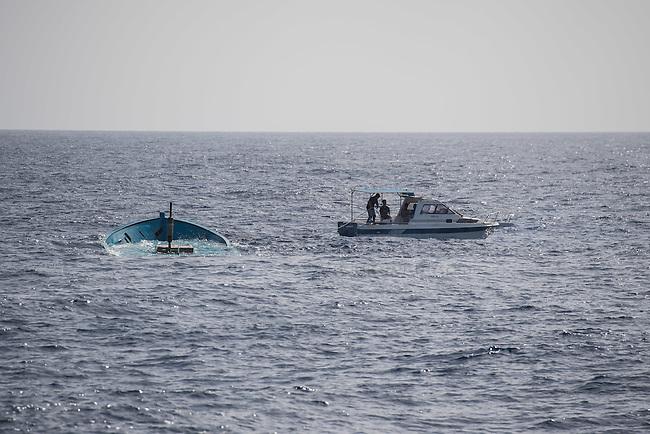 Sea Watch-2.<br /> Die Sea Watch-2 bei ihrer 13. SAR-Mission vor der libyschen Kueste.<br /> Im Bild: Sogenannte &quot;Engine-Fisher&quot; versuchen ein versenktes Holzboot abzuschleppen.<br /> 22.10.2016, Mediterranean Sea<br /> Copyright: Christian-Ditsch.de<br /> [Inhaltsveraendernde Manipulation des Fotos nur nach ausdruecklicher Genehmigung des Fotografen. Vereinbarungen ueber Abtretung von Persoenlichkeitsrechten/Model Release der abgebildeten Person/Personen liegen nicht vor. NO MODEL RELEASE! Nur fuer Redaktionelle Zwecke. Don't publish without copyright Christian-Ditsch.de, Veroeffentlichung nur mit Fotografennennung, sowie gegen Honorar, MwSt. und Beleg. Konto: I N G - D i B a, IBAN DE58500105175400192269, BIC INGDDEFFXXX, Kontakt: post@christian-ditsch.de<br /> Bei der Bearbeitung der Dateiinformationen darf die Urheberkennzeichnung in den EXIF- und  IPTC-Daten nicht entfernt werden, diese sind in digitalen Medien nach &sect;95c UrhG rechtlich geschuetzt. Der Urhebervermerk wird gemaess &sect;13 UrhG verlangt.]