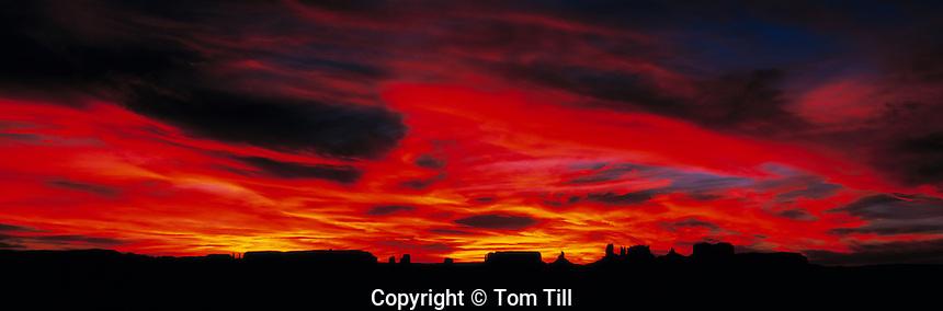 Monument Valley at Sunset, Monument Valley Tribal Park, Utah / Arizona