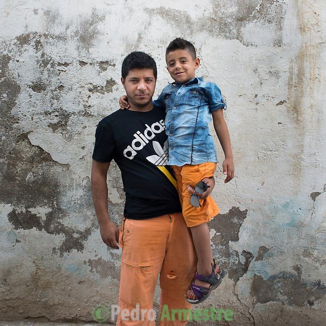13 septiembre 2015. Nador. Marruecos.<br /> Nidal y su hijo Mohammed esperan en Nador (Marruecos) la oportunidad de cruzar el paso fronterizo y llegar a Melilla. Su mujer y madre del peque&ntilde;o, Yomana, ya est&aacute; en el Centro de Estancia Temporal de Inmigrantes (Ceti). La ONG Save the Children exige al Gobierno espa&ntilde;ol que tome un papel activo en la crisis de refugiados y facilite el acceso de estas familias a trav&eacute;s de la expedici&oacute;n de visados humanitarios en el consulado espa&ntilde;ol de Nador. Save the Children ha comprobado adem&aacute;s c&oacute;mo muchas de estas familias se han visto forzadas a separarse porque, en el momento del cierre de la frontera, unos miembros se han quedado en un lado o en el otro. Para poder cruzar el control, las mafias se aprovechan de la desesperaci&oacute;n de los sirios y les ofrecen pasaportes marroqu&iacute;es al precio de 1.000 euros. Diversas familias han explicado a Save the Children c&oacute;mo est&aacute;n endeudadas y han tenido que elegir qui&eacute;n pasa primero de sus miembros a Melilla, dejando a otros en Nador. &copy; Save the Children Handout/PEDRO ARMESTRE - No ventas -No Archivos - Uso editorial solamente - Uso libre solamente para 14 d&iacute;as despu&eacute;s de liberaci&oacute;n. Foto proporcionada por SAVE THE CHILDREN, uso solamente para ilustrar noticias o comentarios sobre los hechos o eventos representados en esta imagen.<br /> Save the Children Handout/ PEDRO ARMESTRE - No sales - No Archives - Editorial Use Only - Free use only for 14 days after release. Photo provided by SAVE THE CHILDREN, distributed handout photo to be used only to illustrate news reporting or commentary on the facts or events depicted in this image.