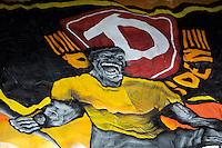 Fussball, 2. Bundesliga, Saison 2011/12, SG Dynamo Dresden - FC St.Pauli, Sonntag (29.04.12), gluecksgas Stadion, Dresden. Dresdens fans mit ueberdimensionalen Banner mit Totenkoepfen.