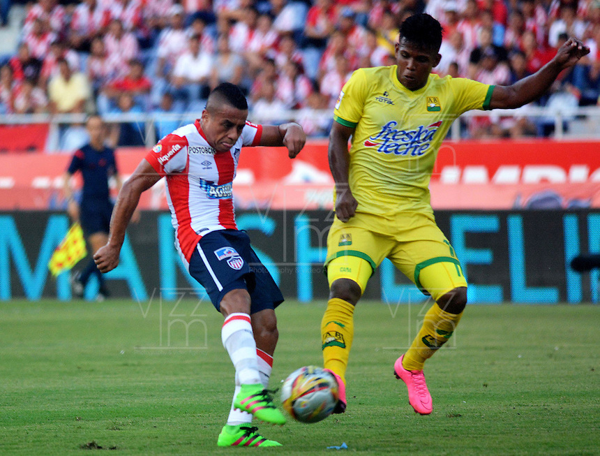 BARRANQUILLA- COLOMBIA -01-05-2016: Vladimir Hernandez (Izq.) jugador de Atletico Junior disputa el balón con Faver Cañaveral (Der.) jugador de Atletico Bucaramanga, durante partido entre Atletico Junior y Atletico Bucaramanga, de la fecha 16 de la Liga Aguila I-2016, jugado en el estadio Metropolitano Roberto Melendez de la ciudad de Barranquilla. / Vladimir Hernandez (L) player of Atletico Junior vies for the ball with Faver Cañaveral (R) player of Atletico Bucaramanga, during a match between Atletico Junior and Atletico Bucaramanga, for date 16 of the Liga Aguila I-2016 at the Metropolitano Roberto Melendez Stadium in Barranquilla city, Photo: VizzorImage  / Alfonso Cervantes / Cont