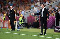FUSSBALL  EUROPAMEISTERSCHAFT 2012   HALBFINALE Portugal - Spanien                  27.06.2012 Trainer Paulo Bento (re, Portugal) engagiert an der Seitenlinie. Trainer Vicente del Bosque (li, Spanien) wirkt entspannt