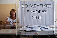 Atene,17 giugno 2012 elezioni politiche nazionali: una scrutatrice dietro all'urna in un seggio elettorale della citt&agrave;.<br /> Athens, June 17, 2012 national elections, voting<br /> Ath&egrave;nes, Juin 17, 2012 &eacute;lections nationales, les bureaux de vote