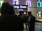 Jugendliche filmen einen angetrunkenen Mann.<br />Die kreml-treue Jugendgruppe Lew Protiw (&quot;Der L&ouml;we ist dagegen&quot;) k&auml;mpft (hier in Moskau) gegen Raucher und Trinker im &ouml;ffentlichen Raum. / The youth group Lew Protiw (&quot;The lion is against&quot;) fights (here in Moscow) against smokers and drinkers in the public sphere.