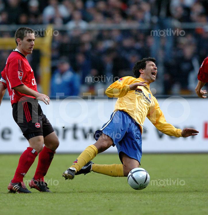 Fussball 2.Bundesliga 2003/2004 Frankenstadion Nuernberg (Germany) 1.FC Nuernberg - Karlsruher SC (2:0) links Tommy Larsen (FCN) foult rechts Abderrahim Quakili (KSC)
