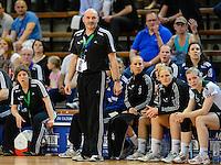 Trainer Leszek Krowicki (VFL) verfolgt das Spiel vor seiner Bank
