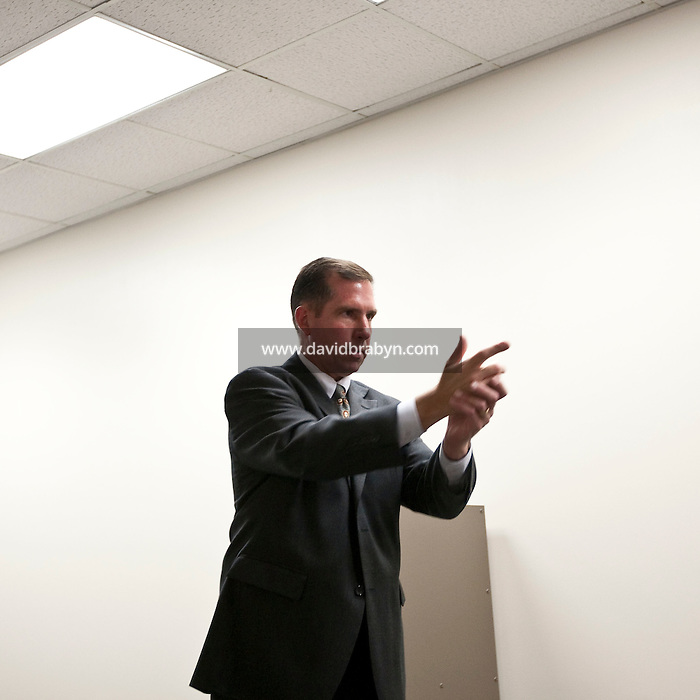 Supervisory Special Agent Richard Schott demonstrates a potentially threatening gesture during an explanation of the FBI's lethal force policy at the FBI National Academy in Quantico, VA, USA, 12 May 2009.