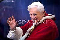 Pope Benedict XVI prayer ceremony during the traditionnal visit to the statue of Mary on the day of the celebration of the Immaculate Conception et Piazza di Spagna (Spanish Square) on December 8, 2009