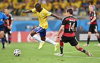 FUSSBALL WM 2014                HALBFINALE Brasilien - Deutschland          08.07.2014 Ramires (li, Brasilien) gegen Julian Draxler (re, Deutschland)