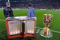 FUSSBALL  DFB-POKAL  HALBFINALE  SAISON 2012/2013    FC Bayern Muenchen - VfL Wolfsburg            16.04.2013 Reinhold Beckmann (li) und Mehmet Scholl (re, beide ARD) widmen ihre Aufmerksamkeit lieber dem Erwaermen der Bayern Spieler als dem DFB Pokal im Vordergrund