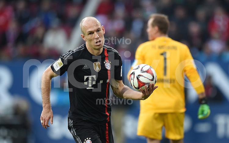 Fussball  1. Bundesliga  Saison 2014/2015  15. Spieltag  FC Augsburg - FC Bayern Muenchen     13.12.2014 Arjen Robben (FC Bayern Muenchen) mit Ball