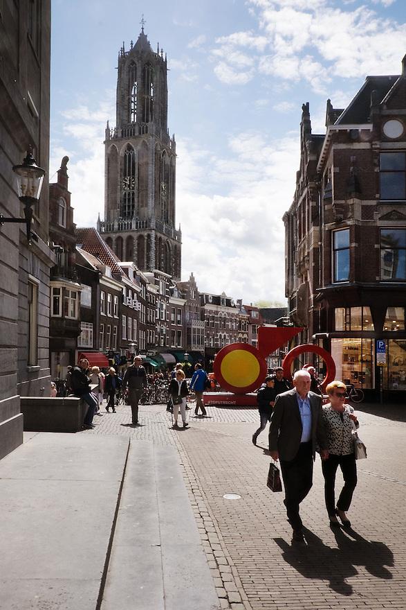 Nederland, Utrecht, 30 mei 2015<br /> Stadscentrum Utrecht met de Dom op de achtergrond. <br /> Stadhuisbrug met passanten en het levensgrote Tour de France logo. In Utrecht vind dit jaar de start van de Tour de France plaats, le Grand Depart.<br /> Foto: Michiel Wijnbergh