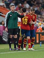 FUSSBALL  EUROPAMEISTERSCHAFT 2012   VIERTELFINALE Spanien - Frankreich      23.06.2012 Wechsel: Fernando Torres (re) kommt fuer Cesc Fabregas (li, beide Spanien)