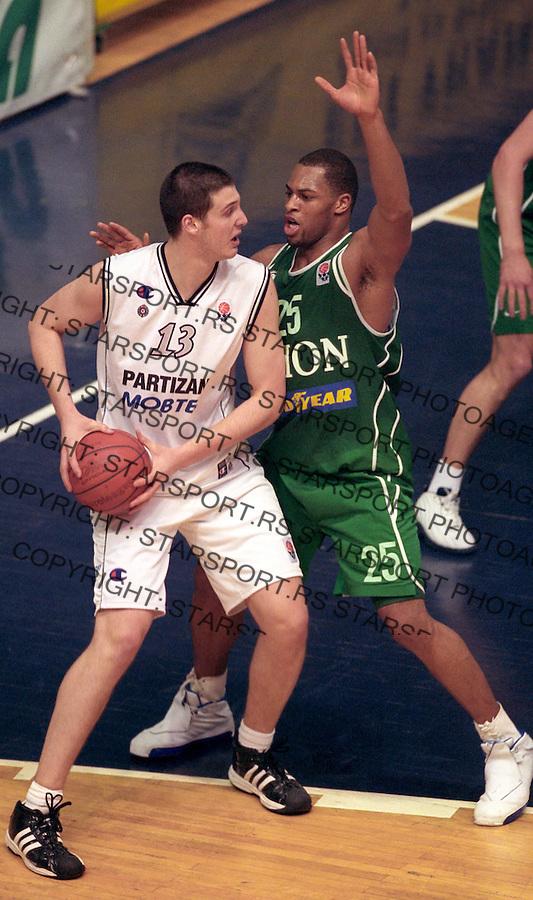 SPORT KOSARKA PARTIZAN OLIMPIJA EVROLIGA EUROLEAGUE&amp;#xA;Kosta Perovic ,Aloysius Anagonye 8.1.2004. foto: Pedja Milosavljevic Glas Javnosti<br />