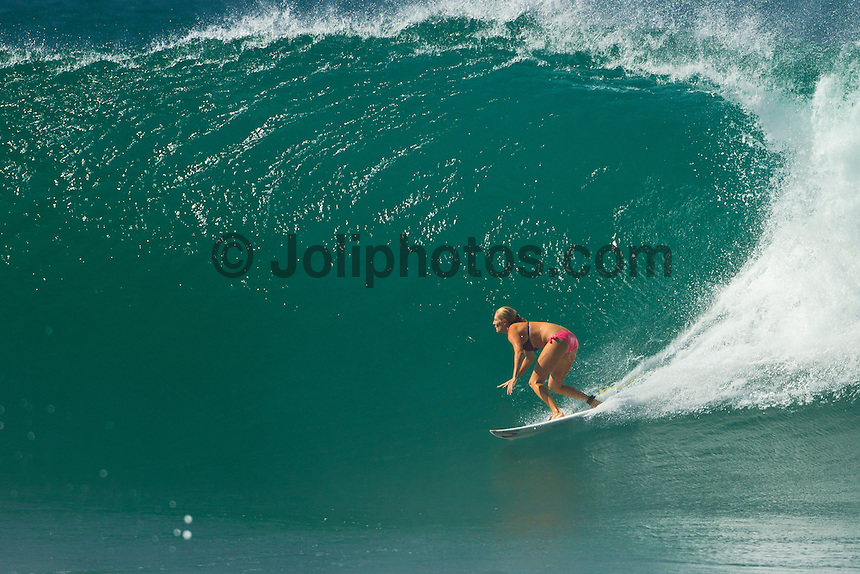 PIPELINE, Oahu/Hawaii (Wednesday, December 15, 2010) -Stephanie Gilmore (AUS) surfing Off The Wall..Photo: joliphotos.com