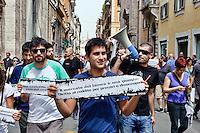 Roma 1 Maggio 2013..Manifestazione, di studenti, lavoratori , precari  e disoccupati in via del Corso contro i negozi aperti nel giorno della festa dei lavoratori e per il dirittto al reddito.