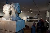 De oorspronkelijke hoofden van de 'Stienen Man' tijdens de opening van de tentoonstelling 'Koppen boven water - 500 jaar bescherming tegen het water' in het Hannemahuis in Harlingen.
