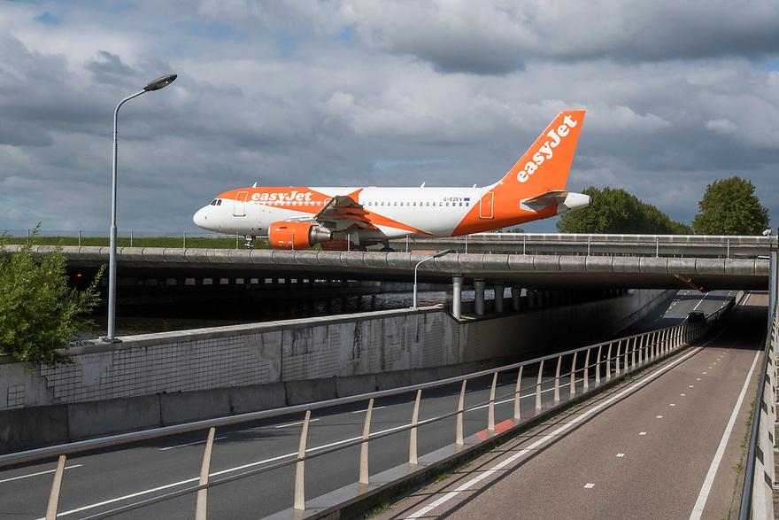 Nederland, Lijnden, Badhoevedorp, 20170509<br /> Kruising van regional weg en taxibaan van Schiphol. <br /> <br /> Foto: (c) Michiel Wijnbergh