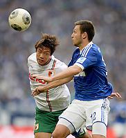 FUSSBALL   1. BUNDESLIGA   SAISON 2013/2014   8. SPIELTAG FC Schalke 04 - FC Augsburg                                05.10.2013 Jeong-Ho Hong (li, FC Augsburg) gegen Marco Hoeger (re, FC Schalke 04)