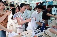 China. Province of Zhejiang. Hangzhou. Women and men shop for clothes. © 2004 Didier Ruef